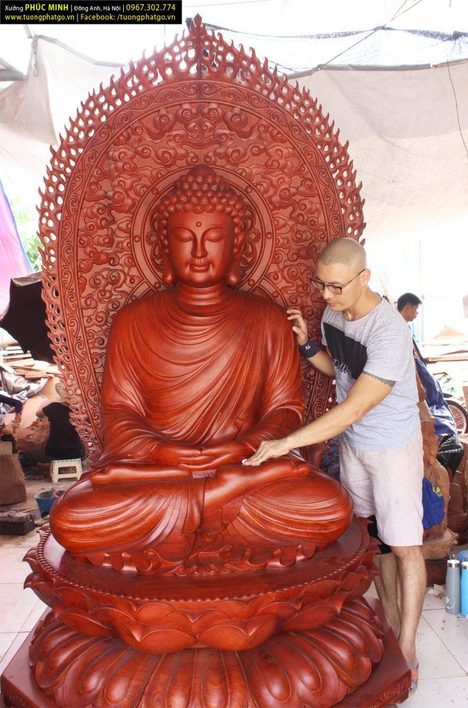 Tượng Phật Thích Ca lối Thiền tông cao1.8 mét, thêm hào quang cao 2.5 mét.